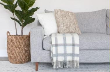 Плед на диван: как выбрать и применить в интерьере.